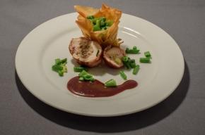 hoofdgerecht - Gevulde parelhoenfilet met een aardappelkrokantje en een korfje groene groenten